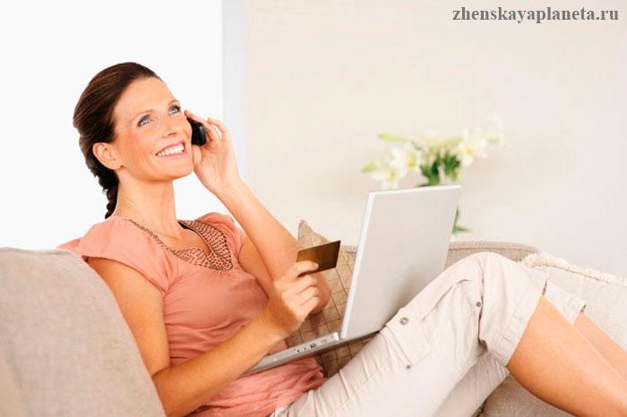 женщина-с-кредитной-картой-в-руке-разговаривает-по-телефону
