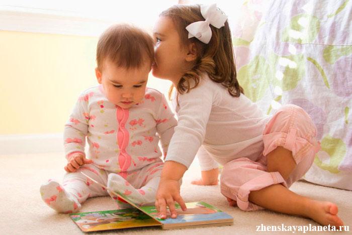 дети-погодки-играют-на-полу