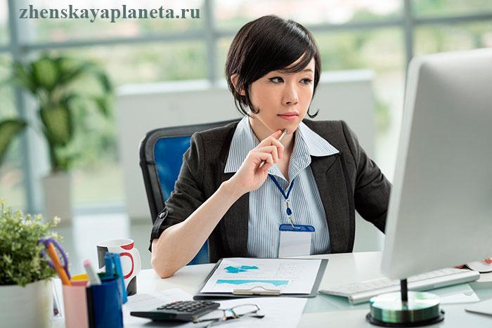 Девушка-сосредоточена-на-своей-работе