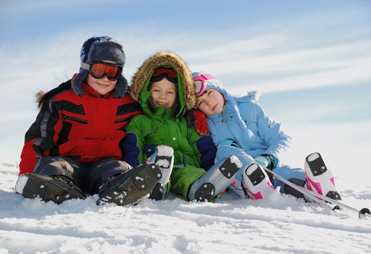 Дети-сидят-на-снегу