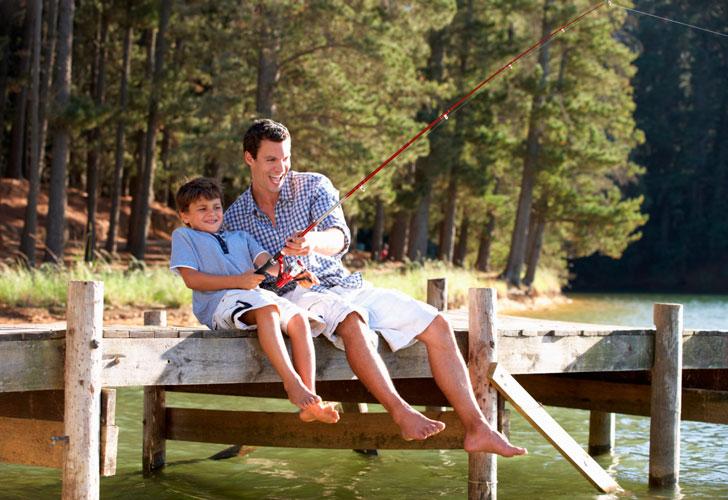 папа-с-мальчиком-ловят-рыбу