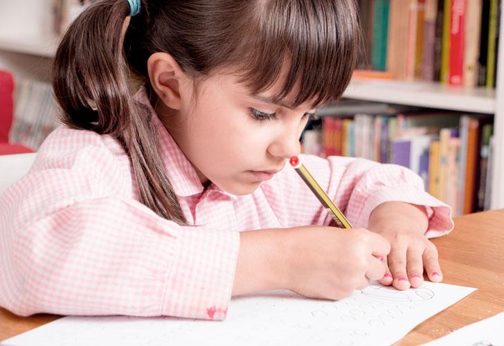 девочка-учится-писать