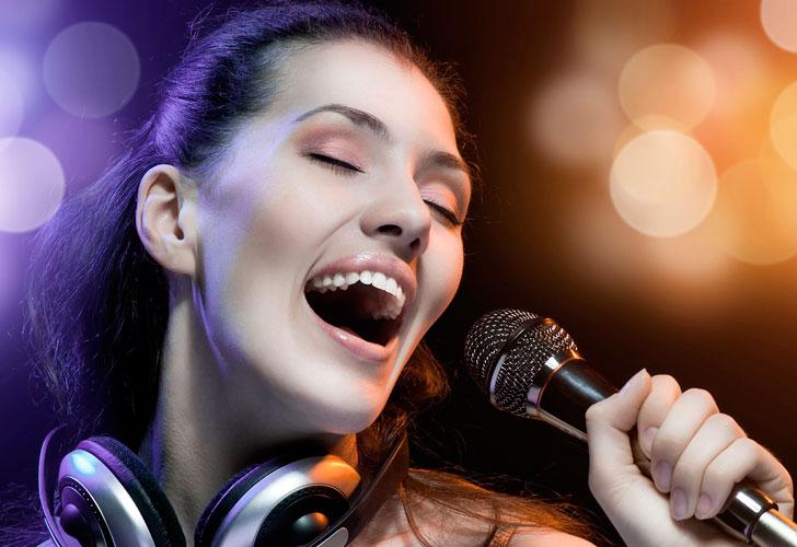 девушка-поет-в-микрофон