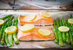 Запеченный лосось  с лимоном и спаржей на ужин