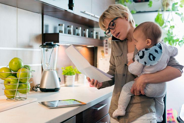 мама-с-ребенком-на-кухне