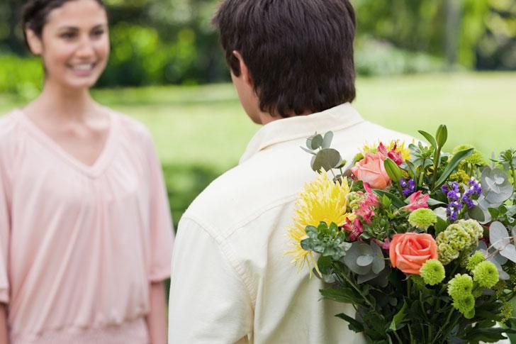 Мужчина женщина и цветы фото