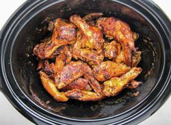 Как приготовить куриные крылышки с помощью медленноварки и духовки?