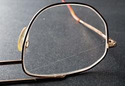 Как удалить царапины на линзах очков?