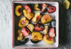 Как запечь в духовке персики и сливы?