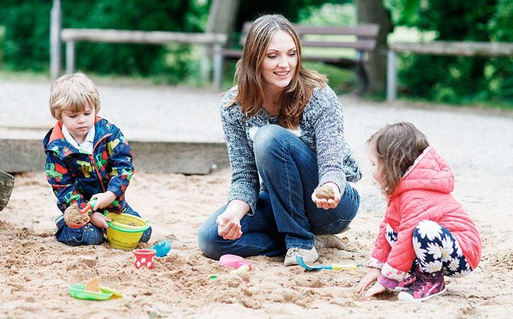 мама с детьми в песочнице