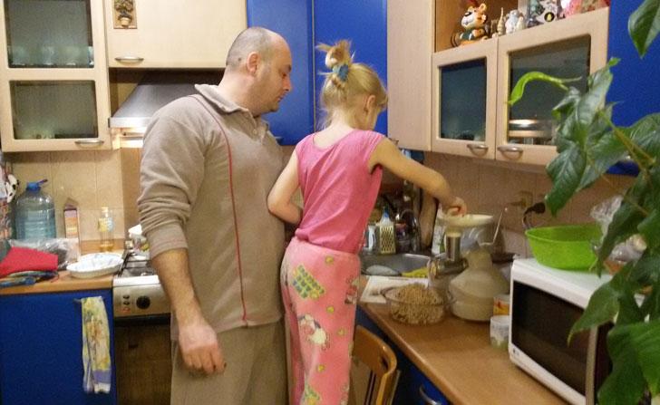 папа с дочкой делают фарш