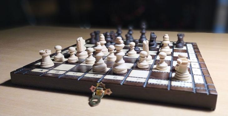 настольные деревянные шахматы