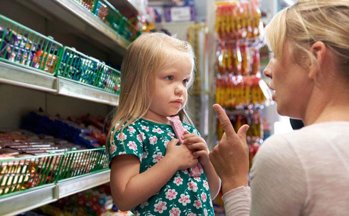 мама с ребёнком в магазине